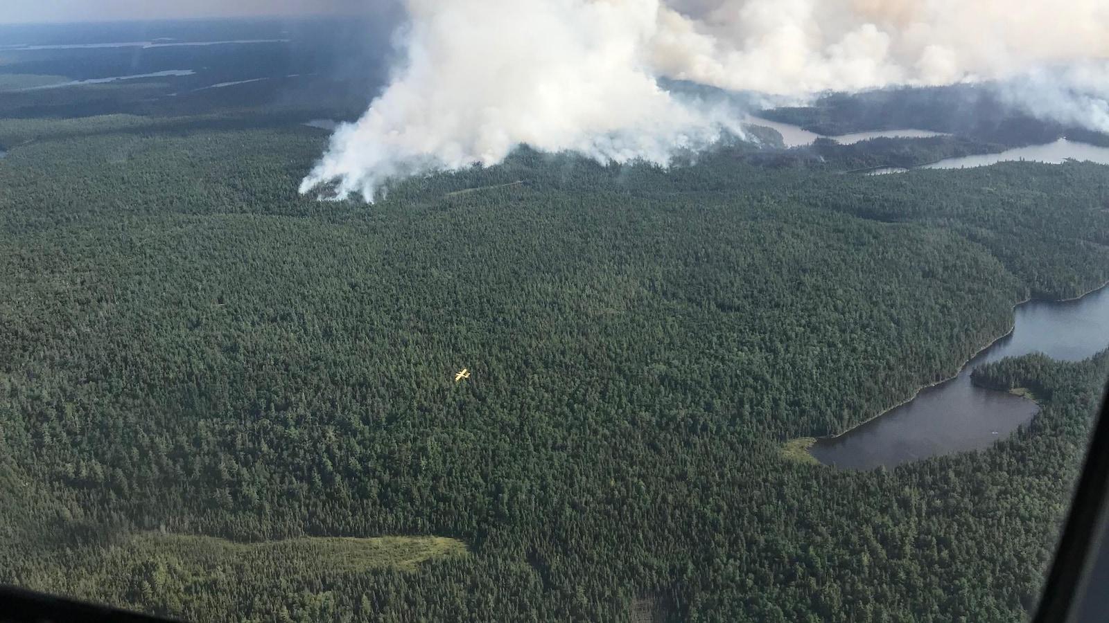 Un avion-citerne qui combat le feu North Bay 72.