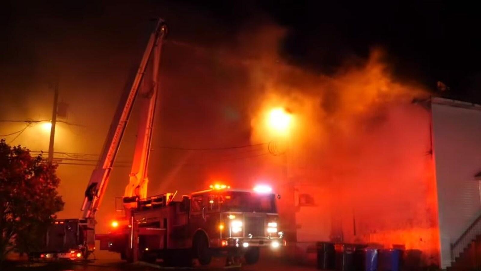 Un camion de pompier devant l'hôtel en feu