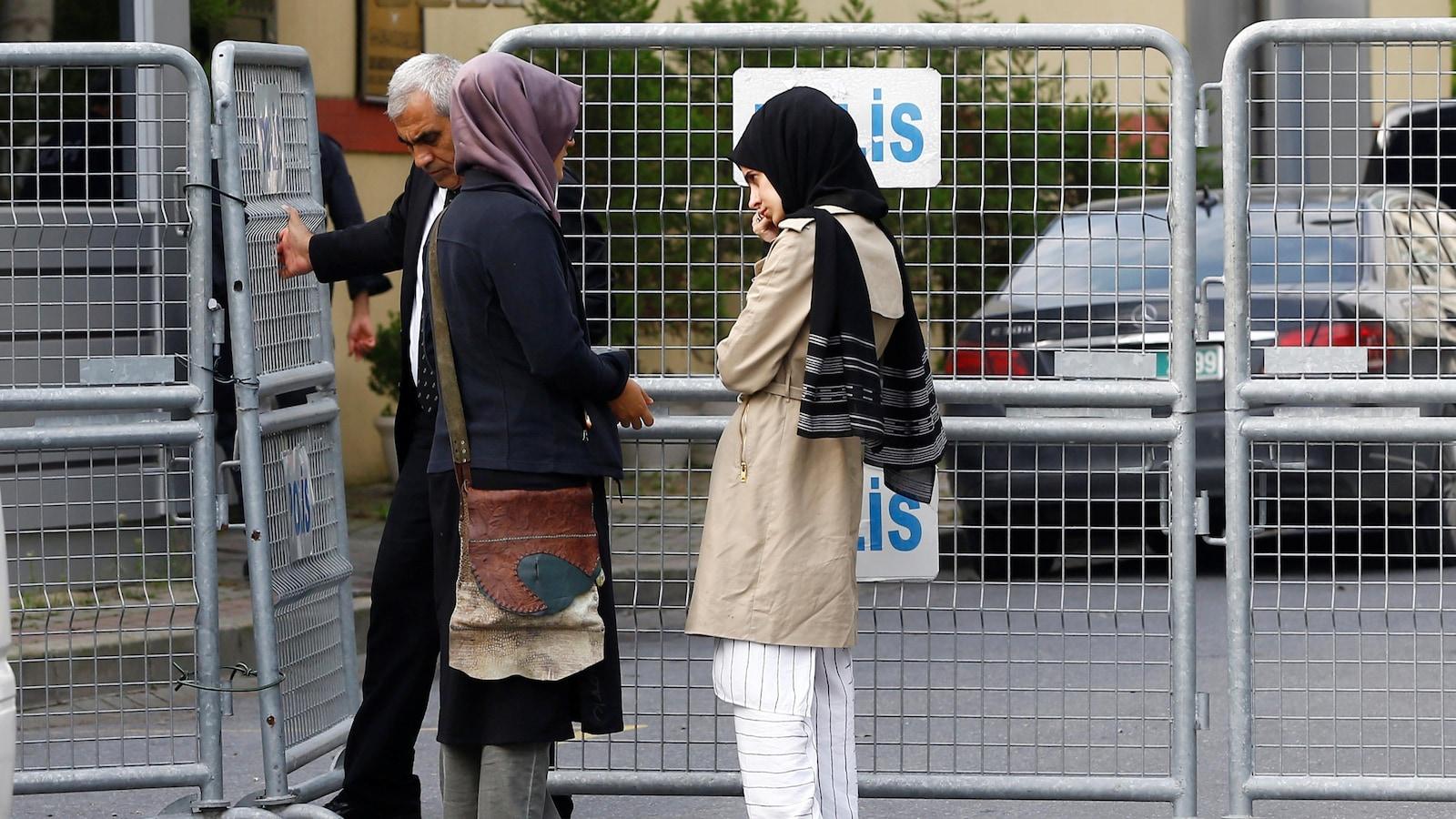La fiancée (à gauche) du journaliste saoudien Jamal Khashoggi et son ami attendent devant le consulat d'Arabie saoudite à Istanbul, en Turquie, le 3 octobre 2018.