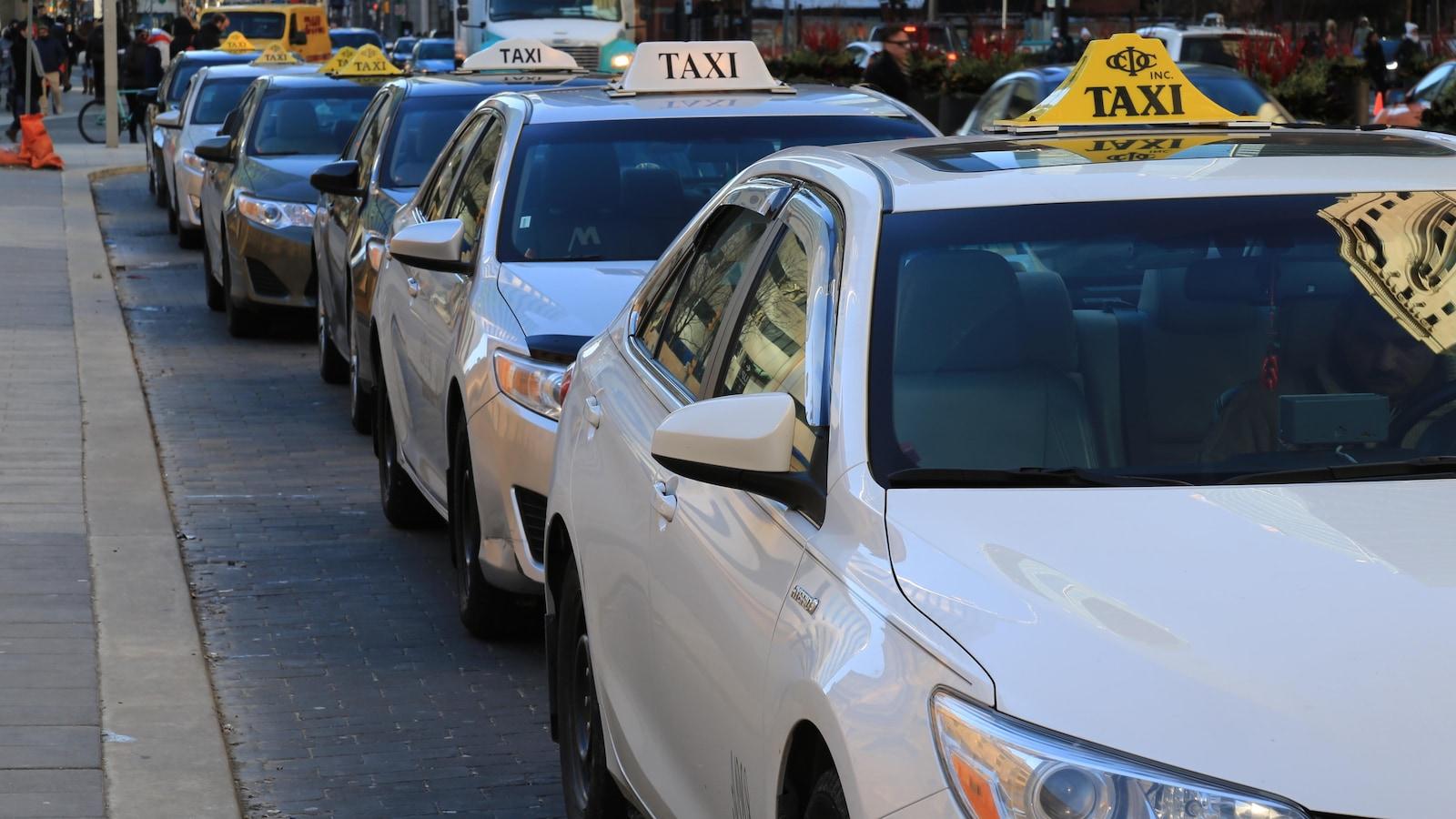 Des taxis arrêtés en file dans une rue de Toronto