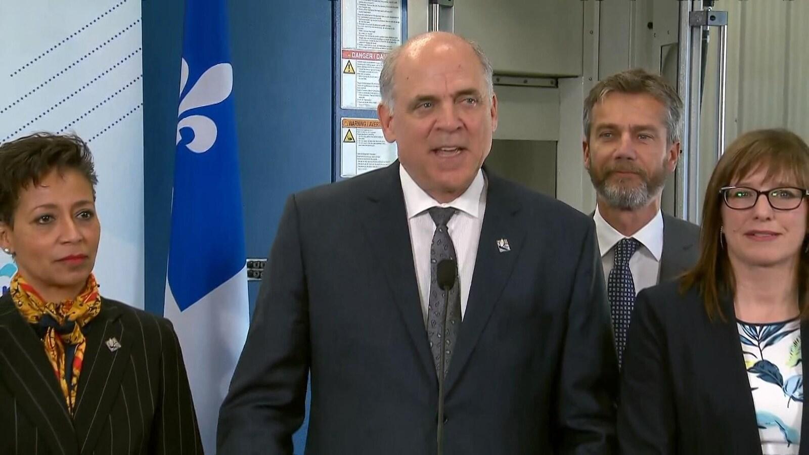 Le ministre Fitzgibbon, entouré des ministres Nadine Girault et Marie-Ève Proulx, et du PDG d'IQ, Guy LeBlanc.