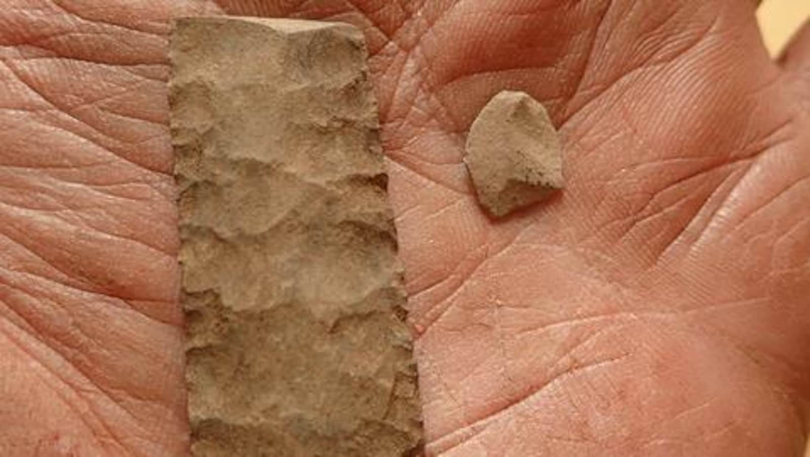 Deux cailloux taillés dans le fond d'une main