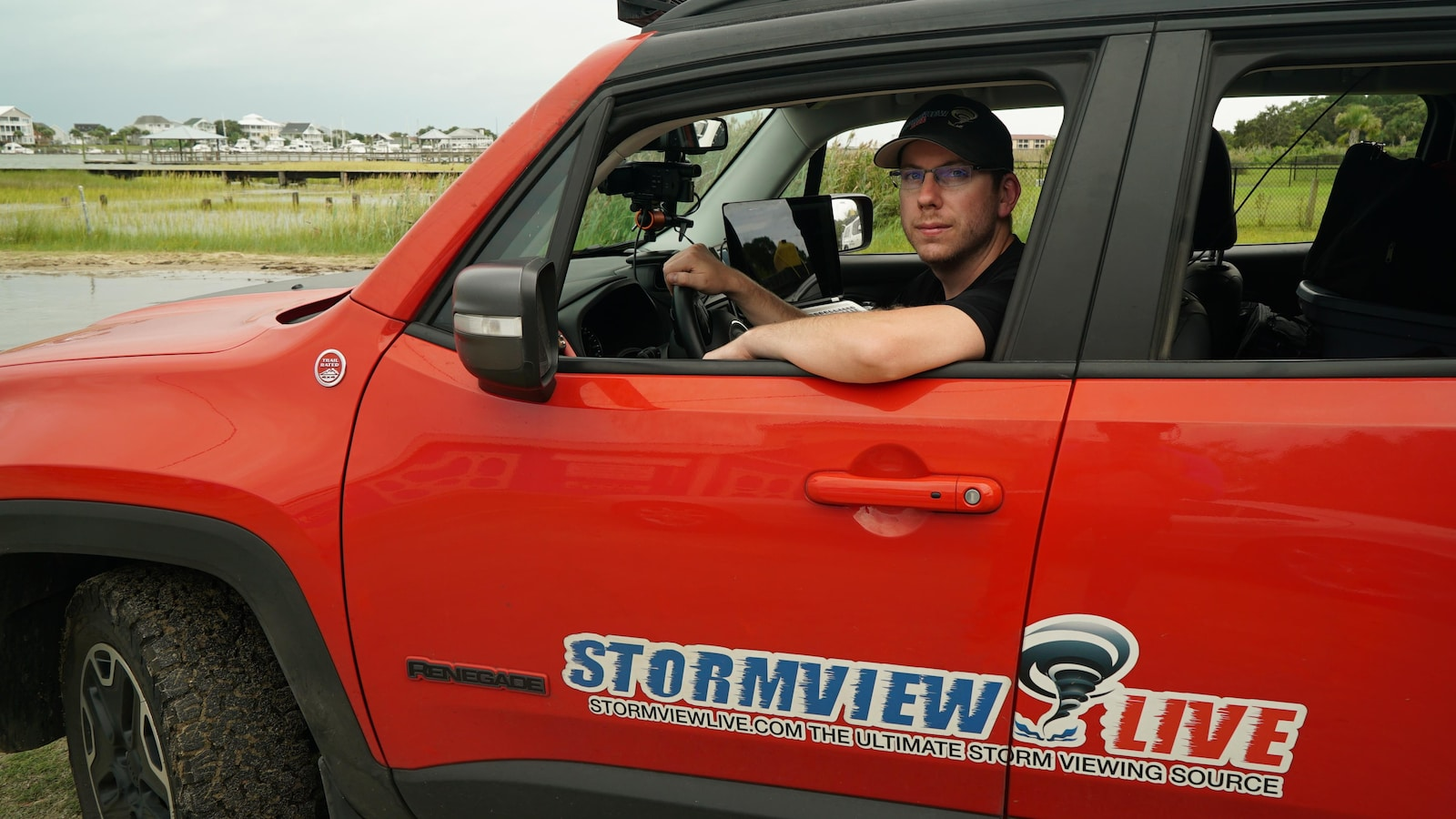 David Backster III dans sa camionnette au lettrage Stormview Live.