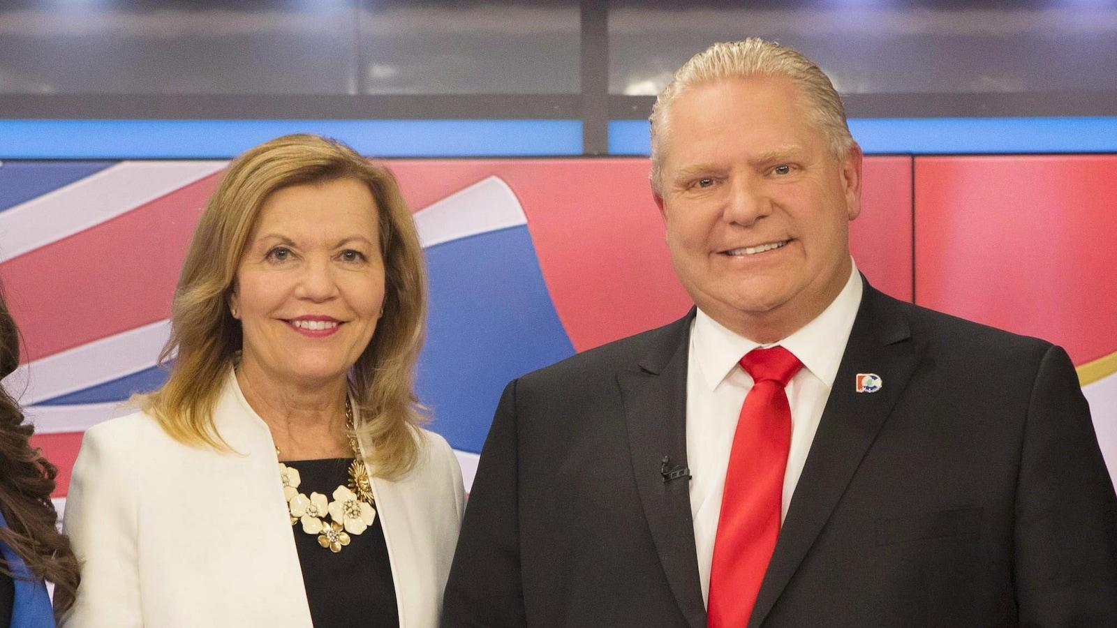 Photo de Doug Ford et de Christine Elliott se tenant debout sur un plateau de télé après un débat.