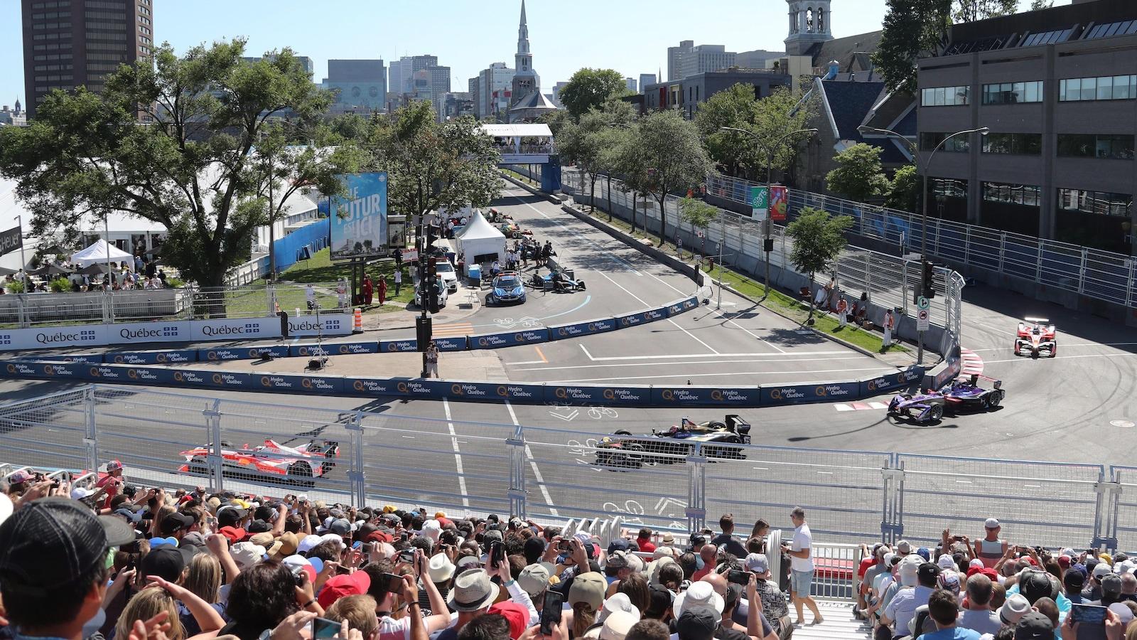 Des voitures de course empruntent un virage lors de la formule E à Montréal le 30 juillet 2017.
