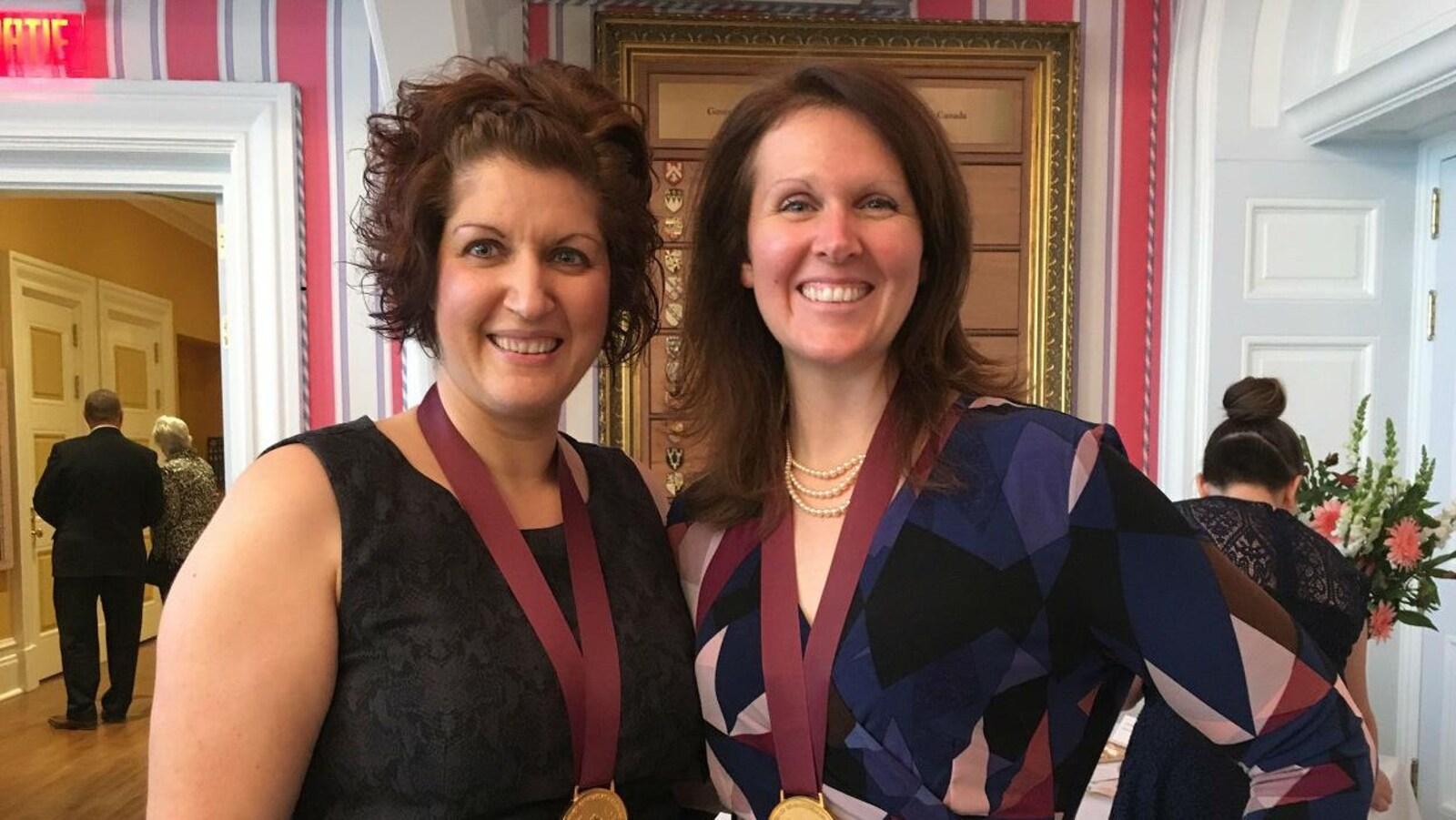 Naomi Fortier-Fréçon et Leia Laing avec leurs médailles, à Rideau Hall