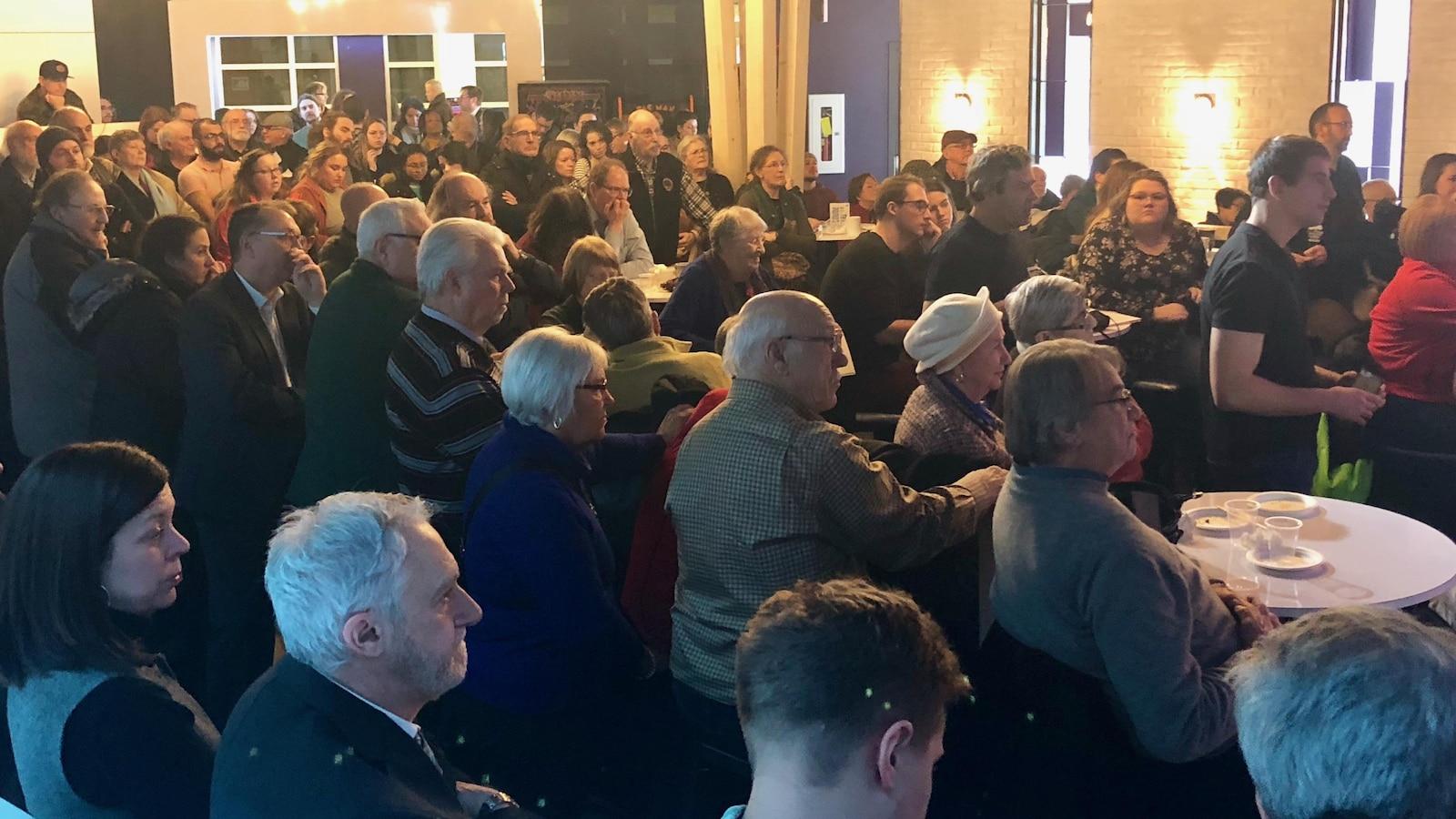 Environ 200 personnes ont participé à la discussion sur l'antibilinguisme au Nouveau-Brunswick. Parmi la foule, on comptait des sénateurs, des députés et des dirigeants d'associations et de groupes d'intérêt.