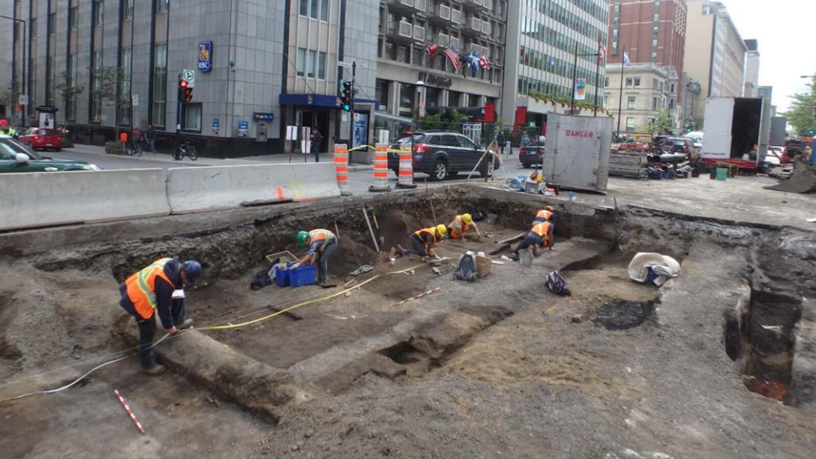 Des fouilles archéologiques ont été réalisées en 2016 sur le chantier de la rue Peel, à Montréal.
