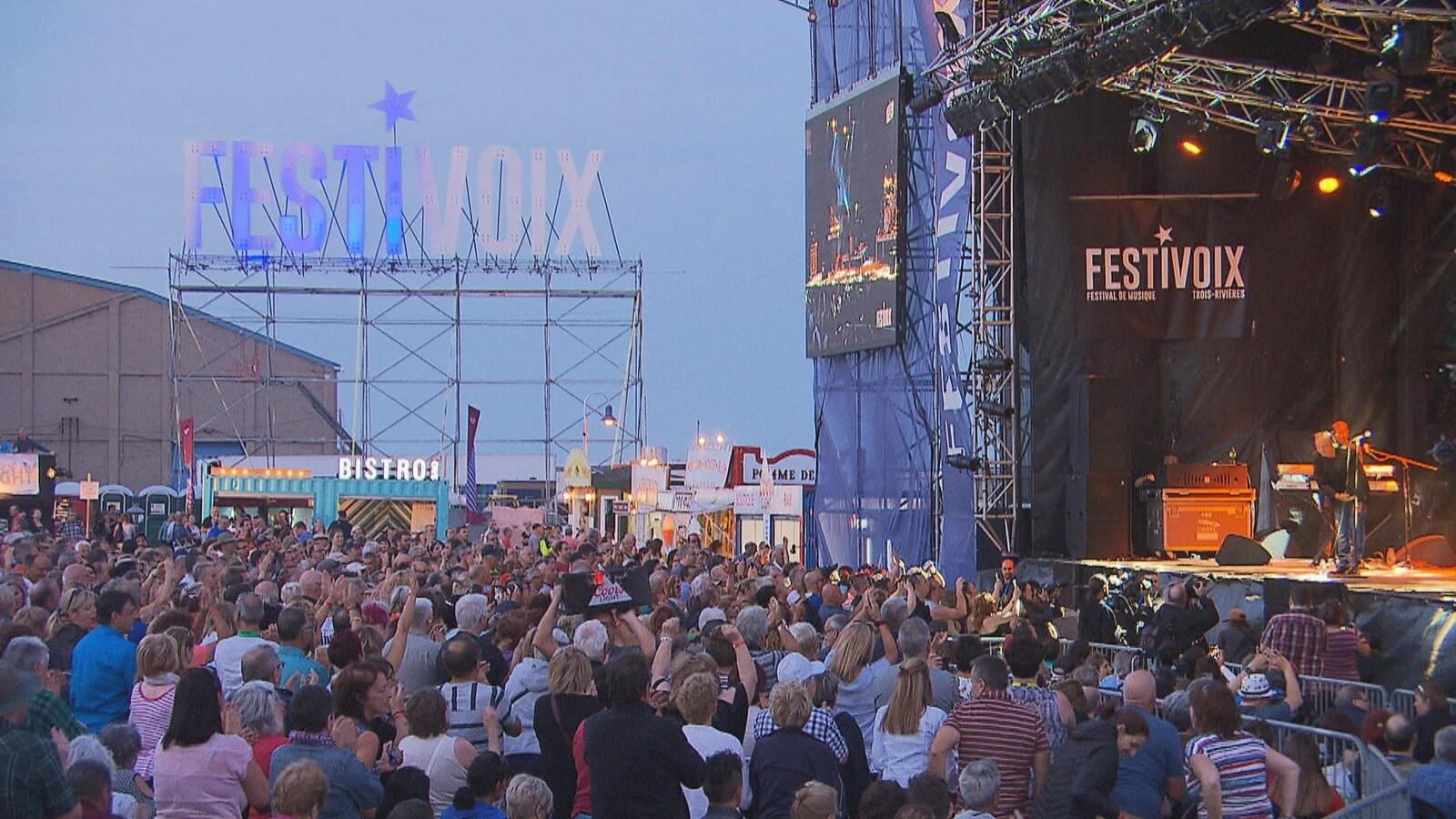 La foule accueille Claude Dubois sur scène.