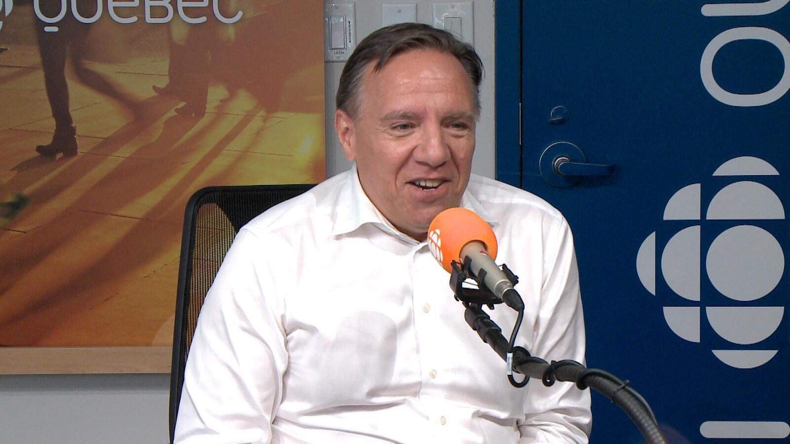 François Legault en entrevue  dans le studio de l'émission «C'est encore mieux l'après-midi» diffusée sur les ondes de Radio-Canada.