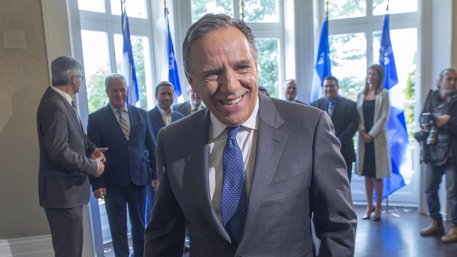 Le premier ministre désigné François Legault quitte une conférence de presse à laquelle les médias étaient conviés au lendemain des élections générales du Québec.