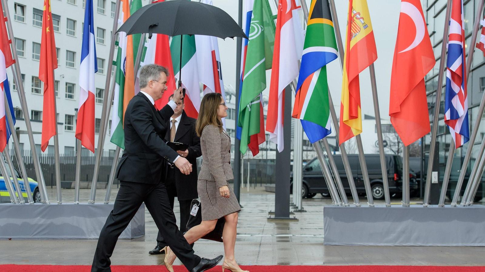 Une photo montre la ministre des Affaires étrangères Chrystia Freeland qui arrive à une rencontre avec ses homologues du G20, à Bonn, en Allemagne.