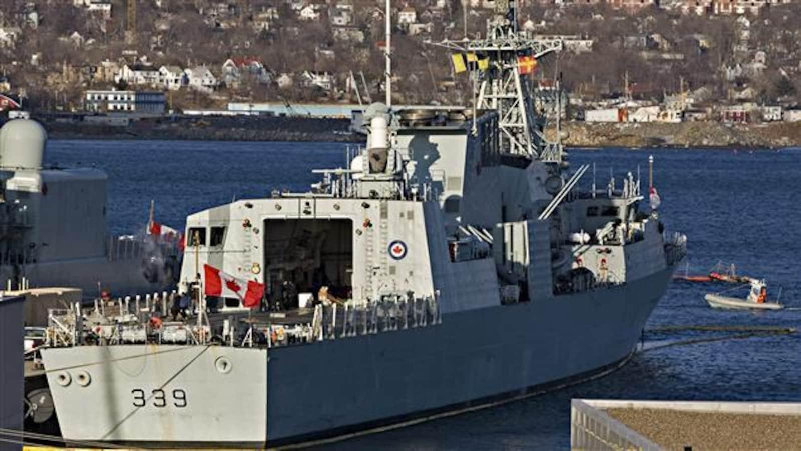 La frégate NCSM Charlottetown ancrée dans le port de la base navale d'Halifax.