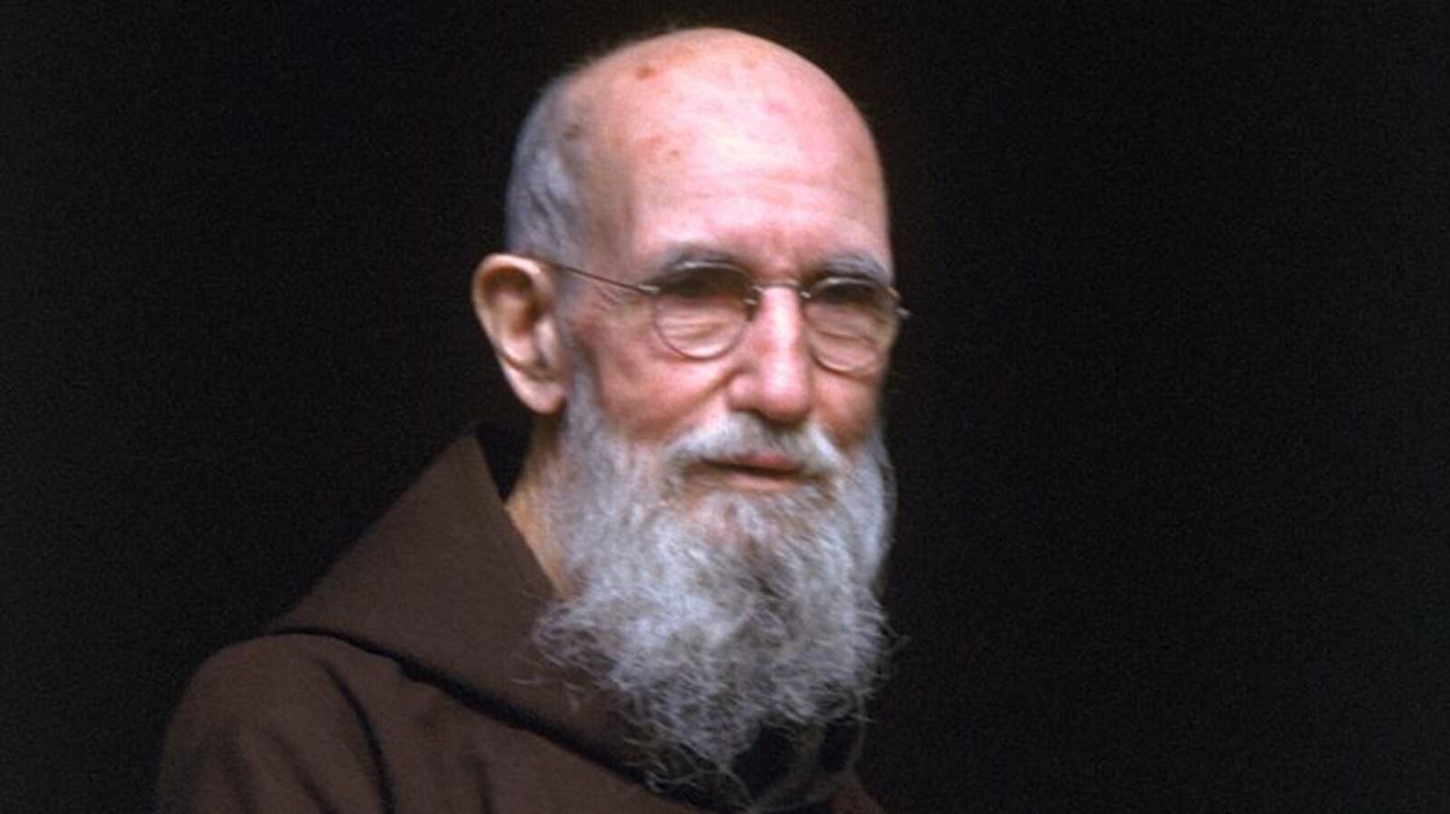 Portrait d'un moine. Il porte des lunettes et une robe de bure.