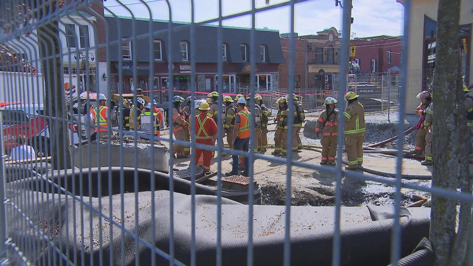 Des pompiers tentent de colmater la fuite de gaz.