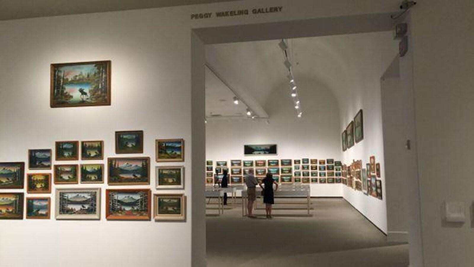 Une exposition des peintures de Levine Flexhaug dans le musée d'art Mackenzie à Regina.
