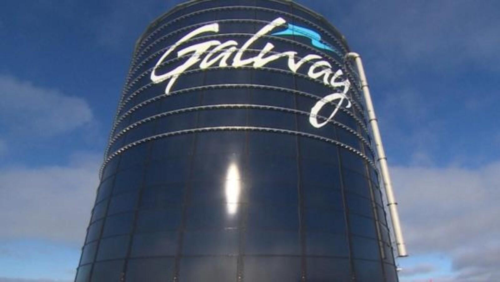 Une tour bleue portant l'inscription « Galway ».