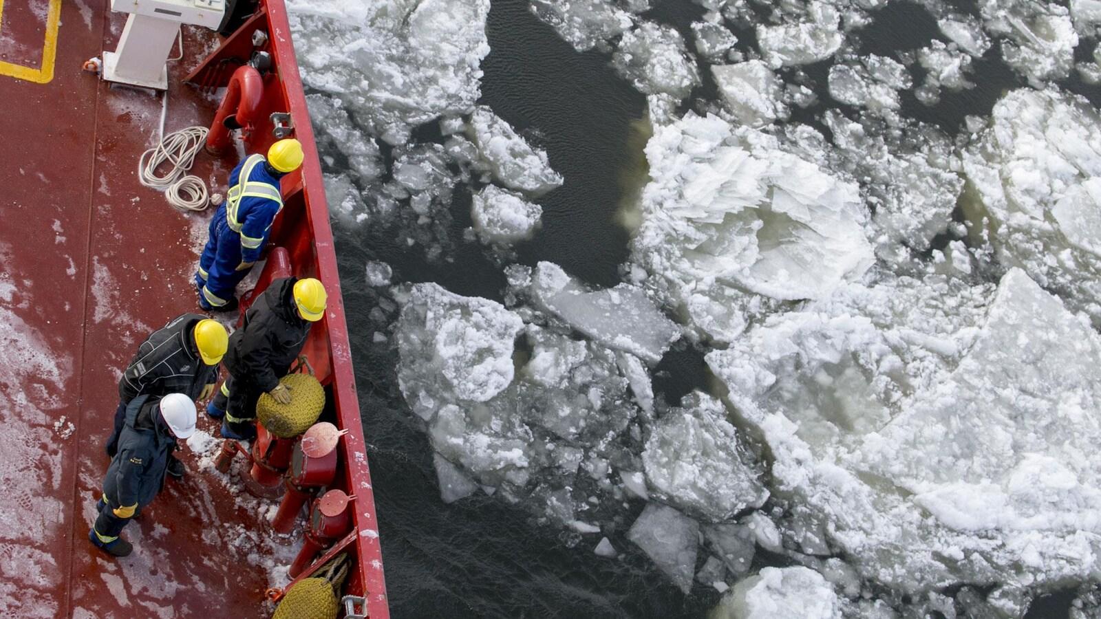 Le brise-glace NGCC Des Groseilliers, de la Garde côtière du Canada.