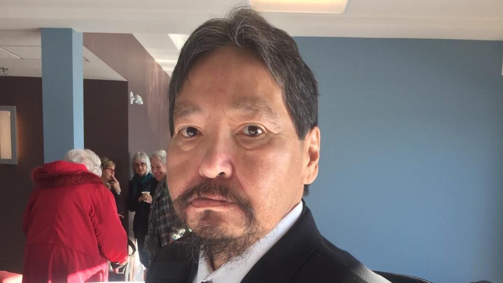 Portrait d'un homme autochtone.
