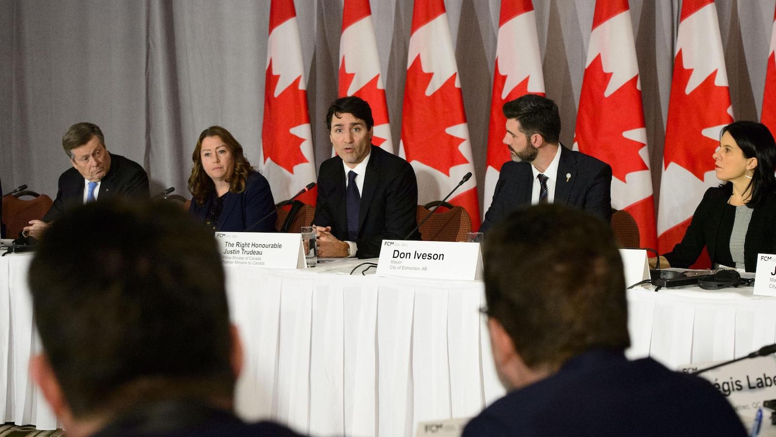 John Tory (maire de Toronto), Vicki-May Hamm (prés. de la FCM et mairesse de Magog), le premier ministre Justin Trudeau, Don Iveson (prés. du caucus des maires de la FCM et maire d'Edmonton) et Valérie Plante (mairesse de Montréal).