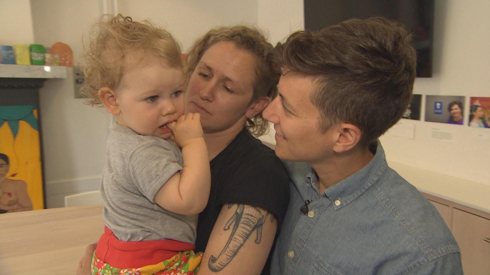 Un enfant et deux parents