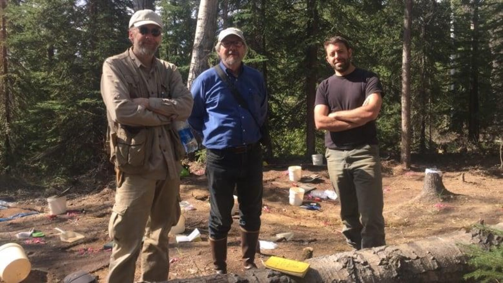 Ben Potter, Charles Holmes et Gerard Smith de l'Université de l'Alaska posent sur le site Swan Point.