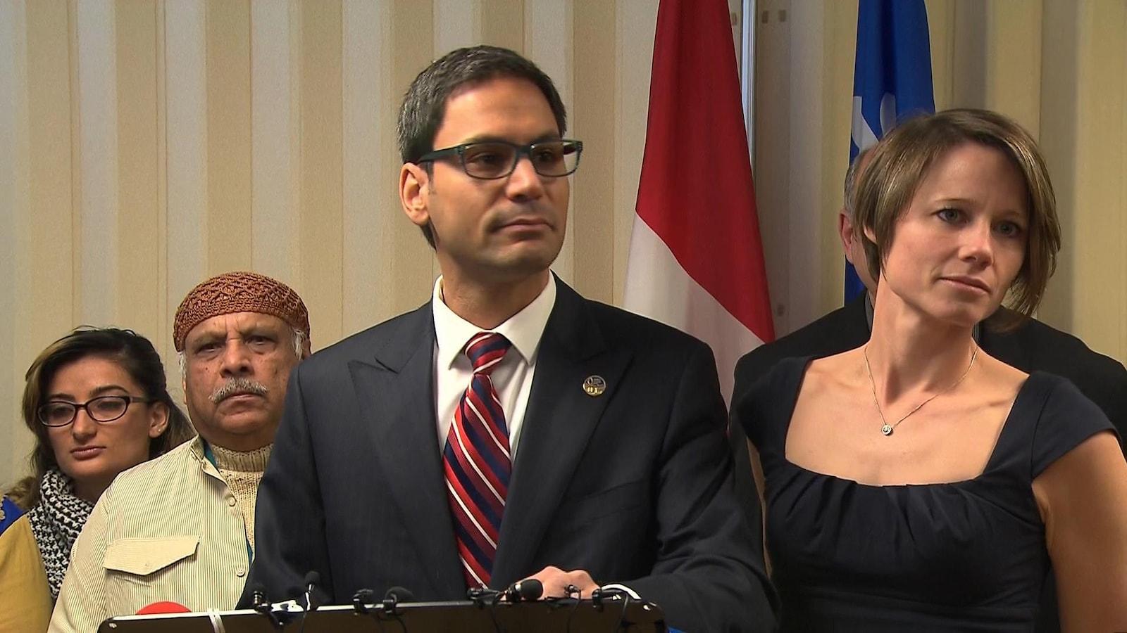Le député Gerry Sklavounos s'adresse aux médias en compagnie de sa femme.