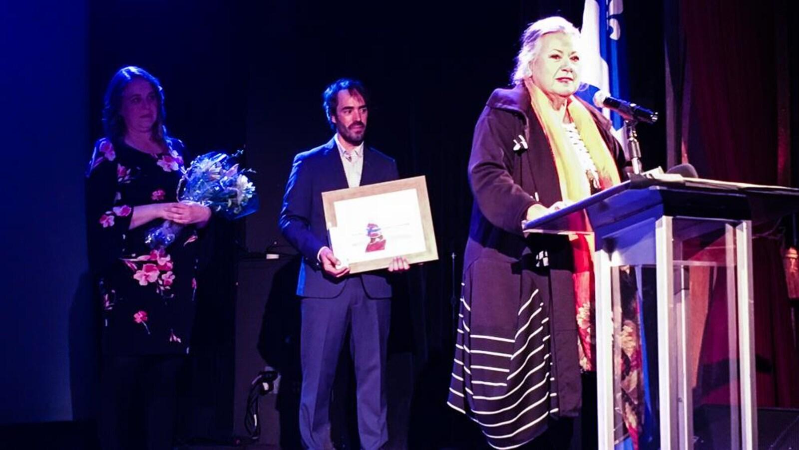 Ginette Reno a accepté la distinction du Mouvement national des Québécoises et Québécois avec beaucoup d'émotions.
