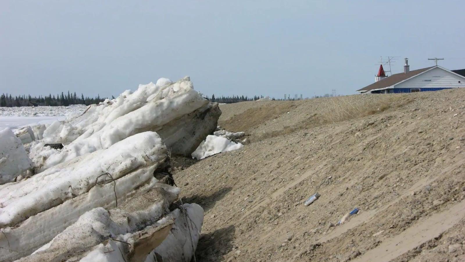 Des morceaux de glace grimpent le long d'une digue.