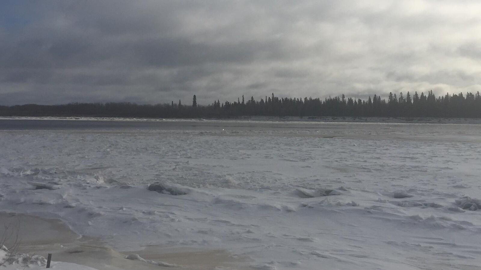 Rivière Moosonee avec de la glace mince.