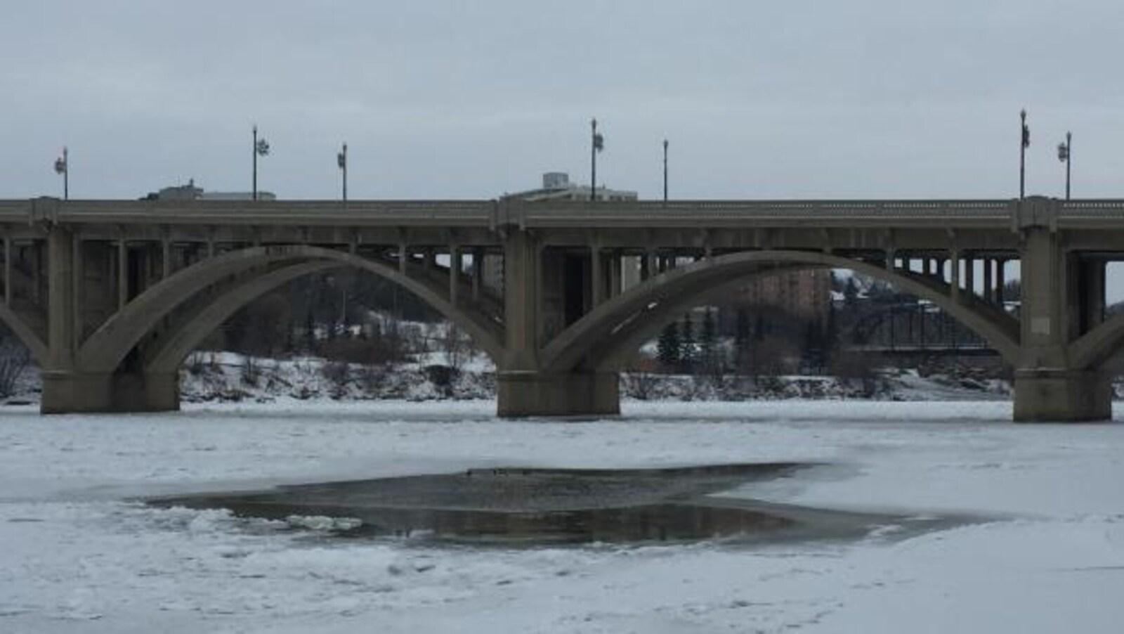 De l'eau et de la glace sur la rivière Saskatchewan Sud à Saskatoon