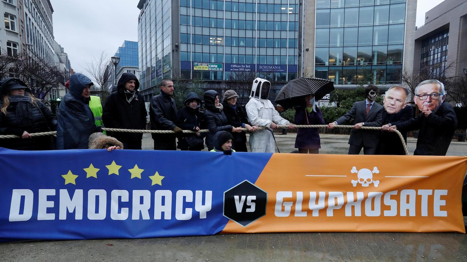 Des manifestants protestent à Bruxelles contre la prolongation de l'autorisation d'utilisation du glyphosate dans les cultures.