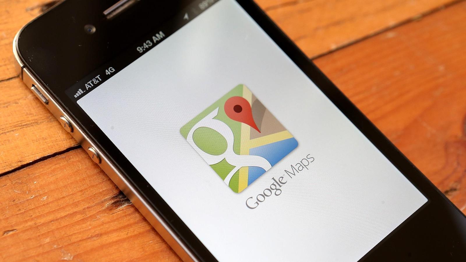 L'application Google Maps s'affiche sur un téléphone intelligent posé sur une table.
