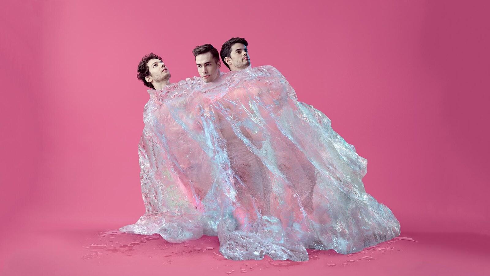 Les danseurs James Lyttle, Matthew Duff et Ruben Julliard sont enveloppés d'une matière en plastique