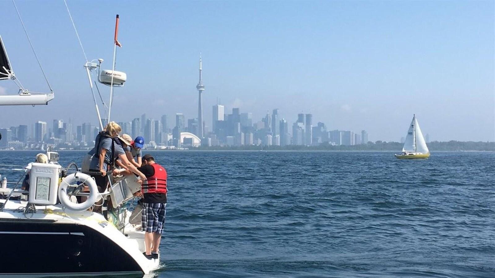 Des chercheurs sur un bateau.