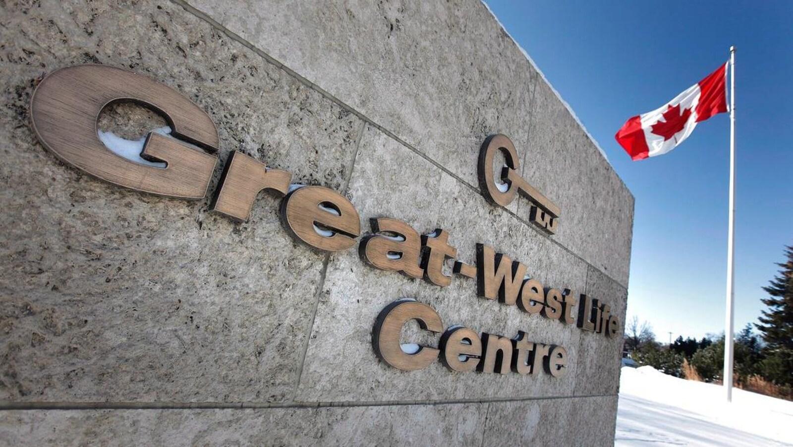 Un panneau avec le logo de la Great-West Life.