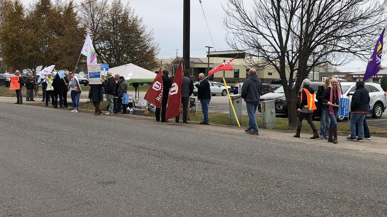 Un piquet de grève sur le bord d'une rue.