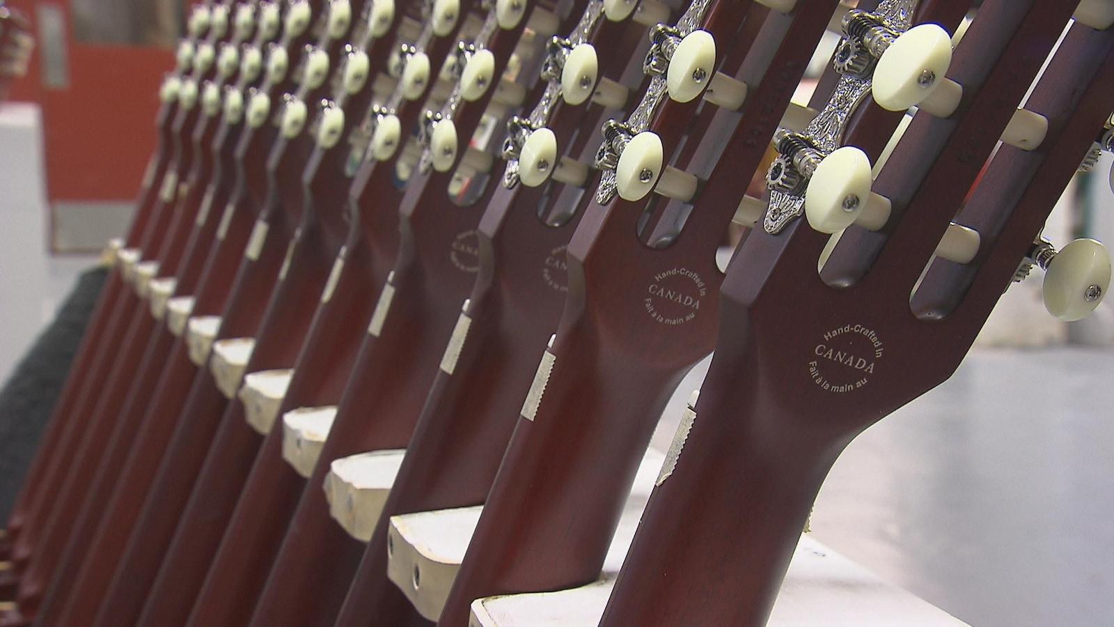 Des guitares signée Godin. On peut y lire à l'endos du manche : « Fait à la main au Canada »
