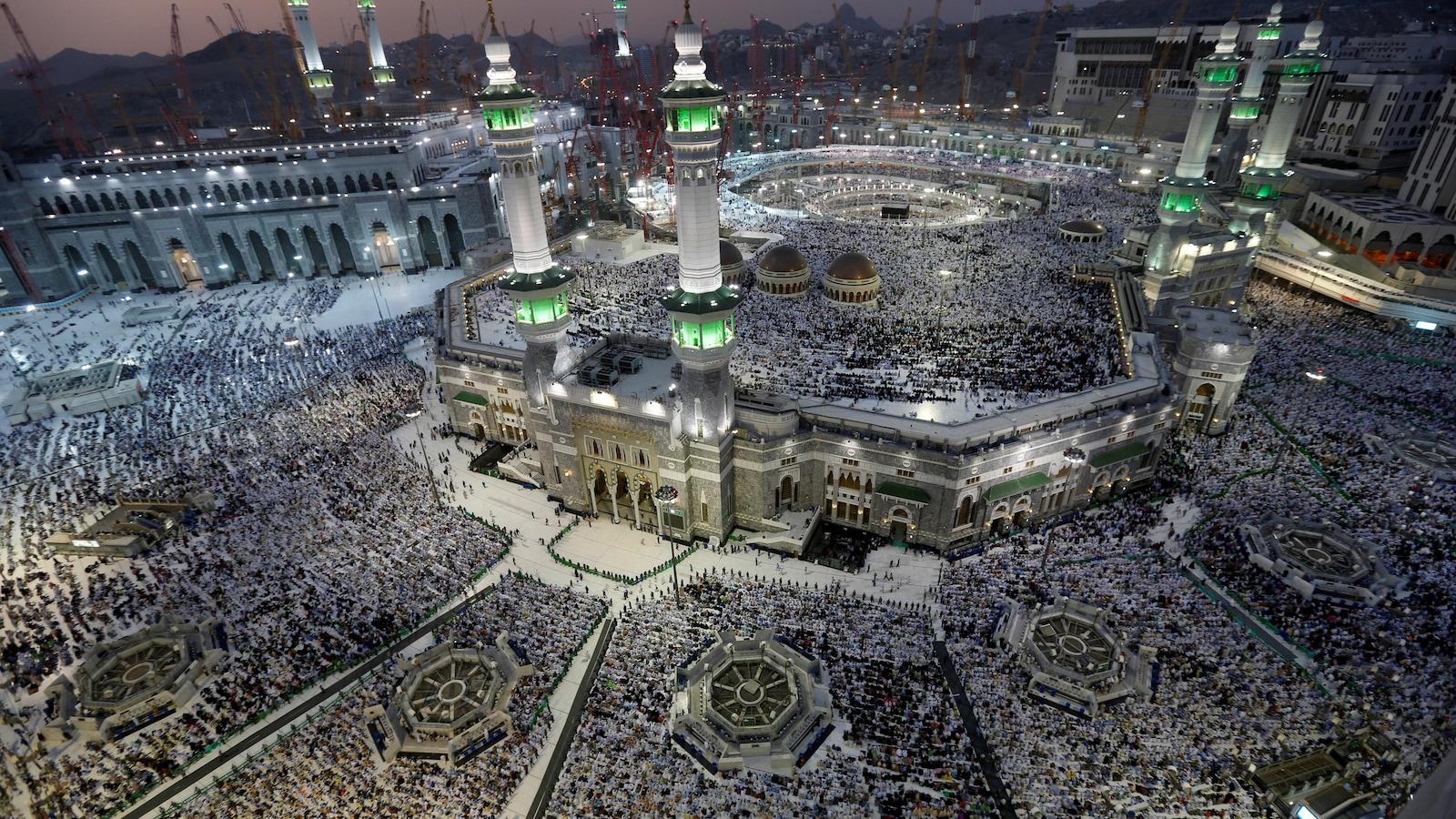 Les musulmans du monde entier viennent à La Mecque pour prier autour de la Kaaba. Sur la photo, on voit une foule impressionnante de pèlerins réunis au pied de la Grande Mosquée.