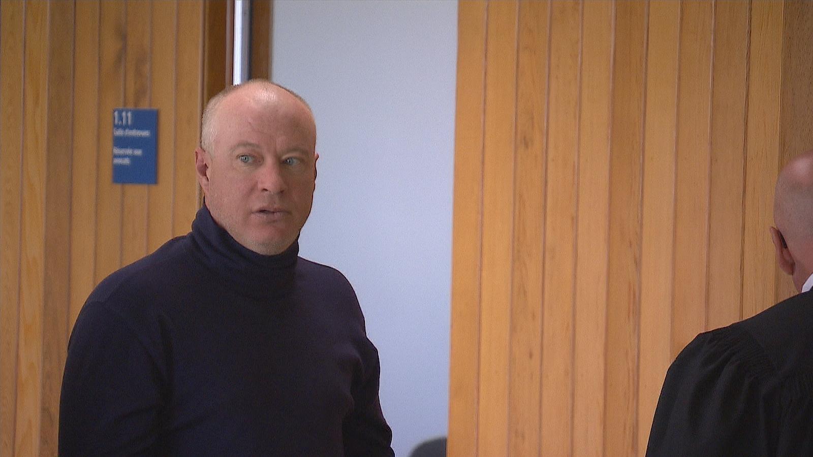 Michael Harvey à l'entrée de la salle d'audience du palais de justice