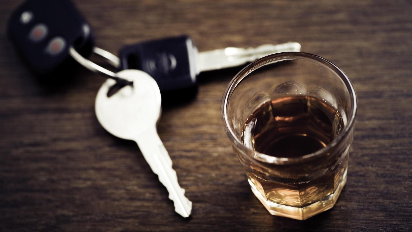 Des clés de voiture et un verre de whisky.