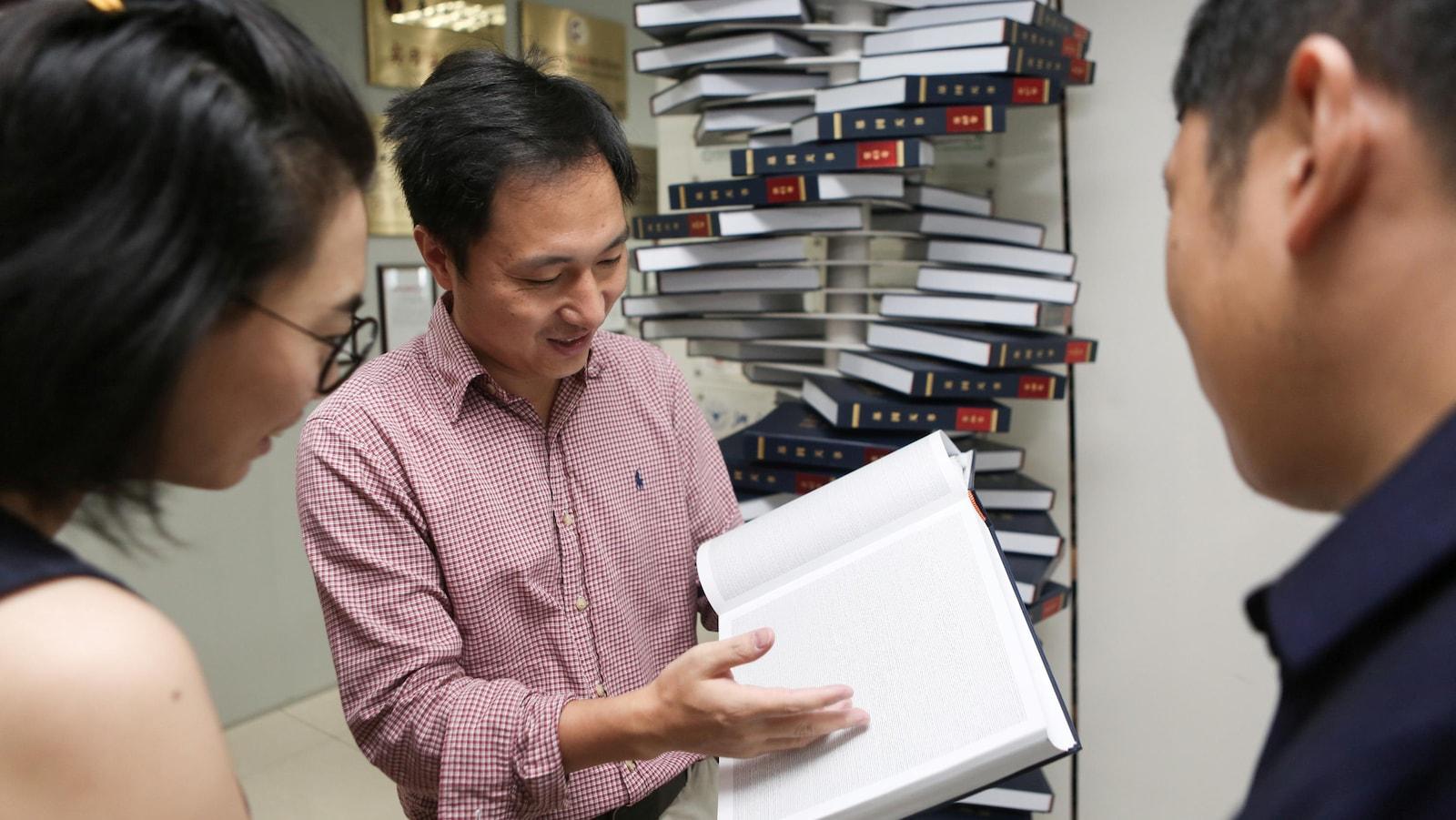 Un homme montre un document à d'autres personnes.