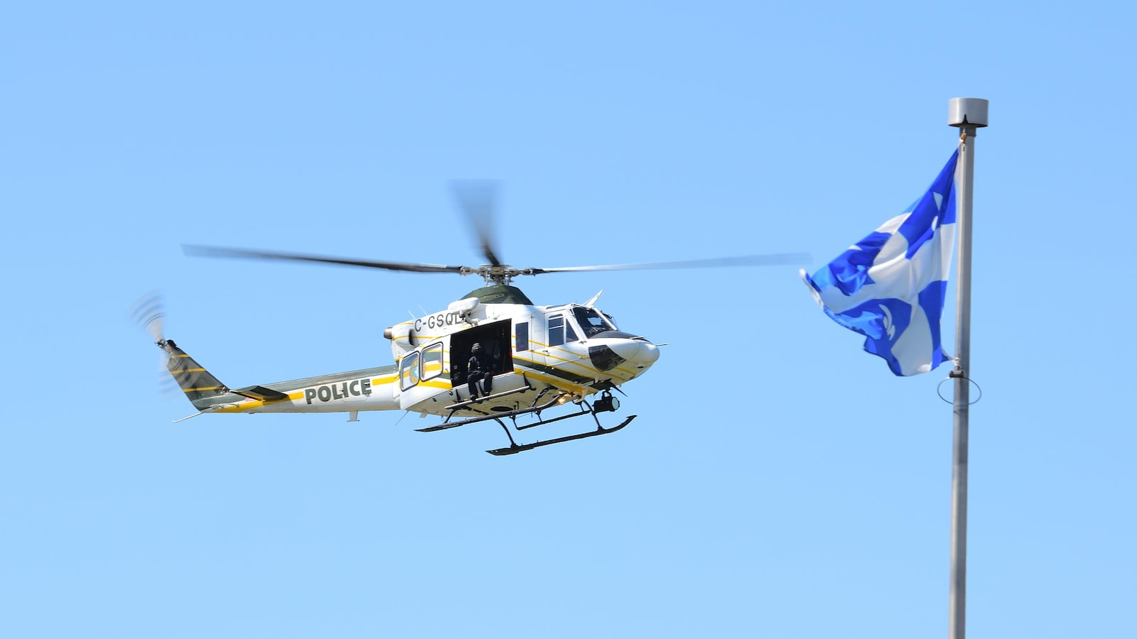 Un hélicoptère volant dans le ciel.
