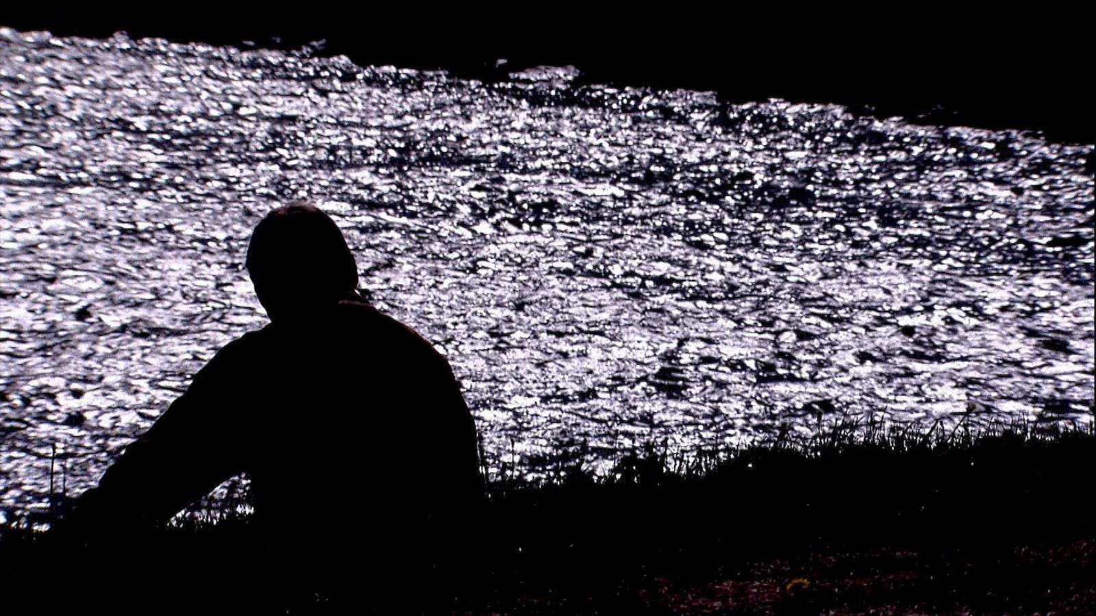 Un homme sur le bord de l'eau