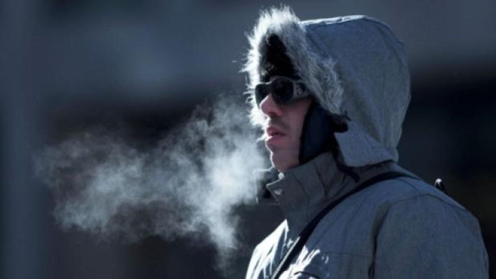 Un homme chaudement vêtu pour se protéger du froid extrême.