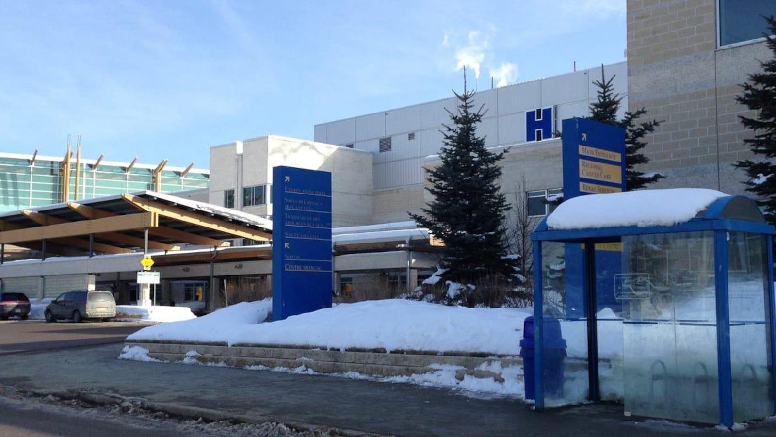 Un hôpital pendant l'hiver.