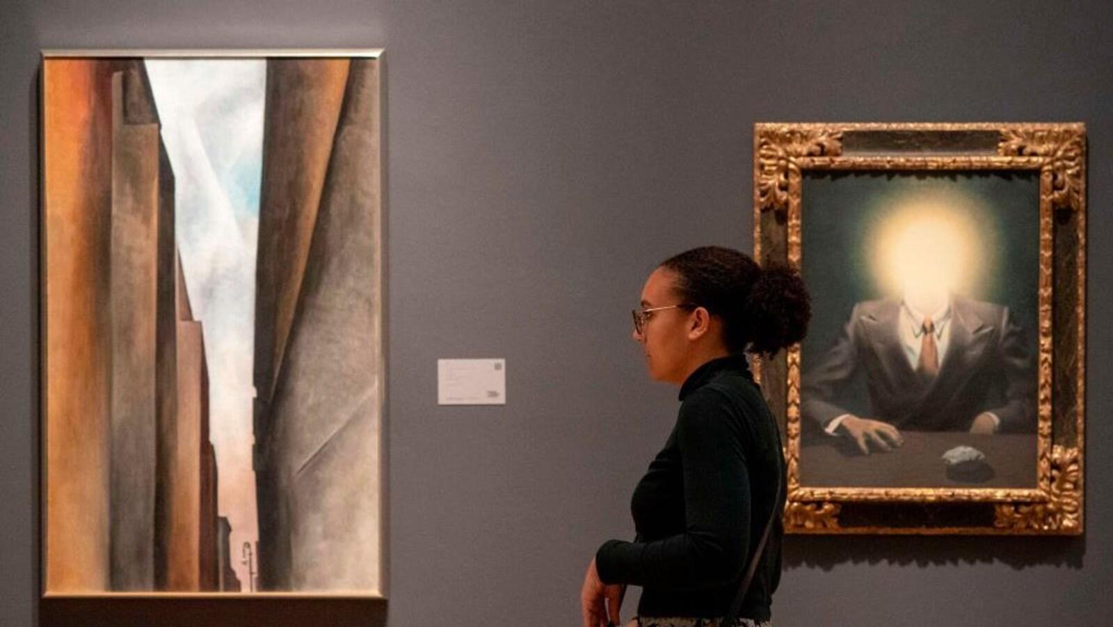 Le tableau « Le principe du plaisir » représente un homme dont la tête est remplacée par une boule de lumière.