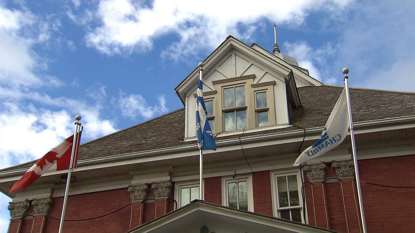 Drapeaux et hôtel de ville de Chambly