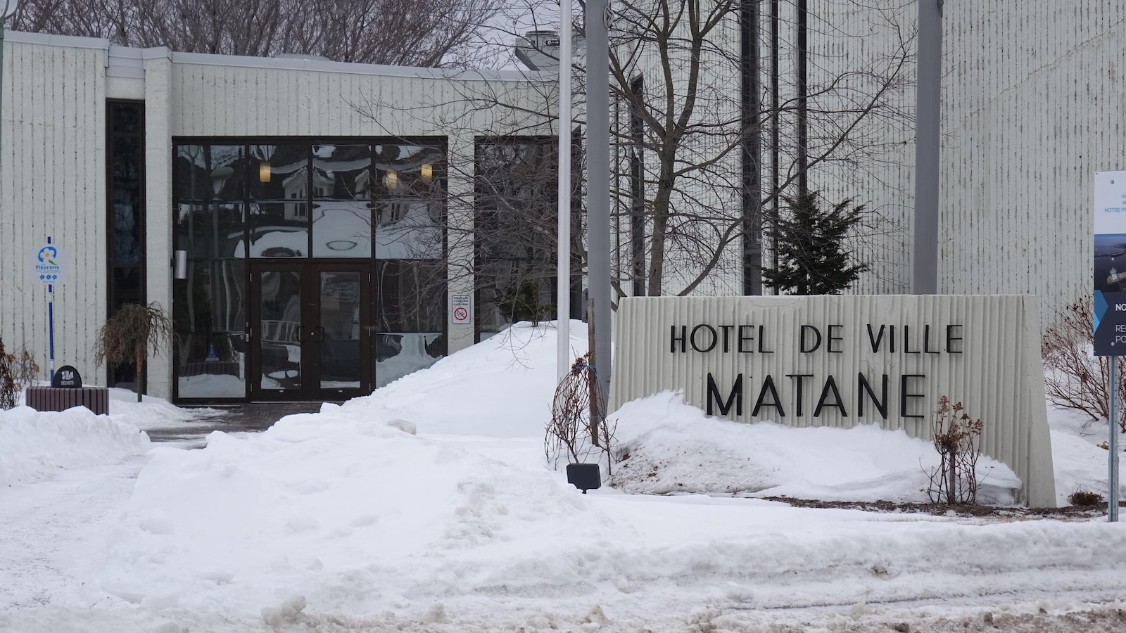 Affiche et porte d'entrée de l'hôtel de ville.