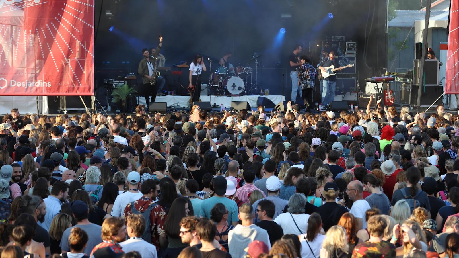 Vu de la foule lors du spectacle d'Hubert Lenoir lors du Festif! de Baie-Saint-Paul, le 19 juillet 2018